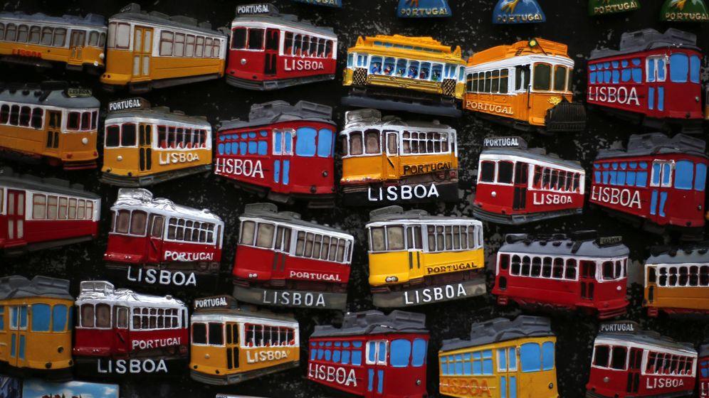 Foto: Imanes con la forma de los emblemáticos tranvías de Lisboa en una tienda turística. (Reuters)