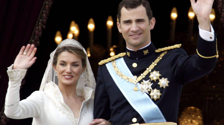 Los reyes Letizia y Felipe, el día de su boda saludando desde el Palacio Real. (Getty)