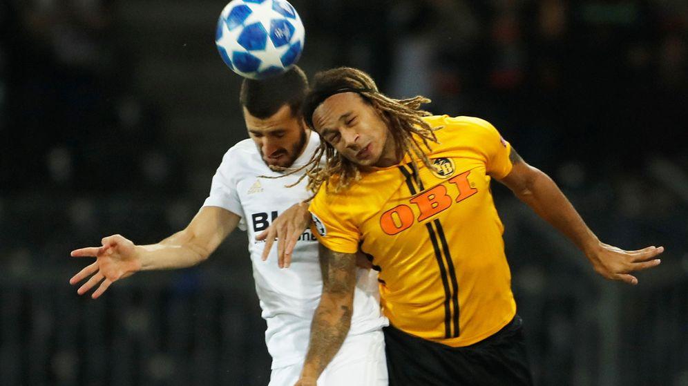 Foto: El jugador del Valencia José Luis Gayà disputa un balón con el integrante del Young Boys Kevin Mbabu. (Reuters)