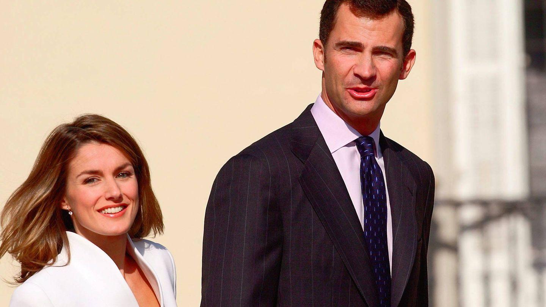 Doña Letizia junto a Felipe VI en el anuncio de su compromiso. (Gtres)