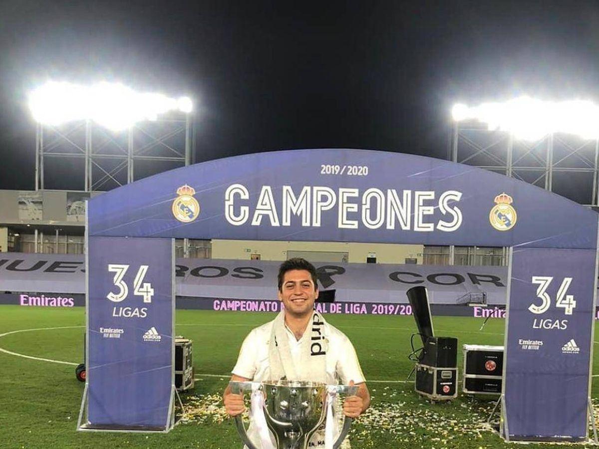 Foto: El sobrino de Florentino Pérez, con la copa de campeón de Liga ganada por el Real Madrid, en Valdebebas