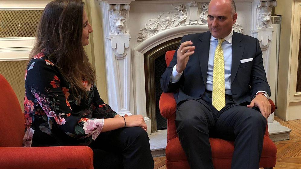 Foto: El socio-director de la oficina de Madrid y del departamento de Operaciones Internacionales, José María Viñals, y la asociada Carolina Gamba en un momento de la entrevista.