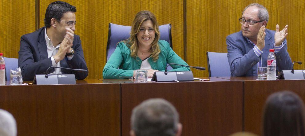 Foto: Susana Díaz es aplaudida por el secretario de organización del PSOE-A, Juan Cornejo (d), y el portavoz parlamentario, Mario Jiménez (i). (EFE)