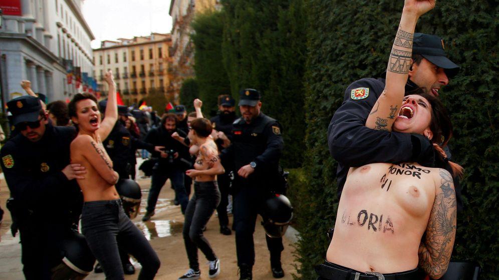 Foto: Las activistas de Femen irrumpen en una marcha de la memoria histórica. (Reuters)
