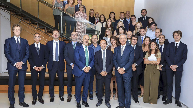 Alberto Palatchi (7i), junto con Jean-Baptiste Wautier (6i), de BC Partners y presidente de Pronovias.