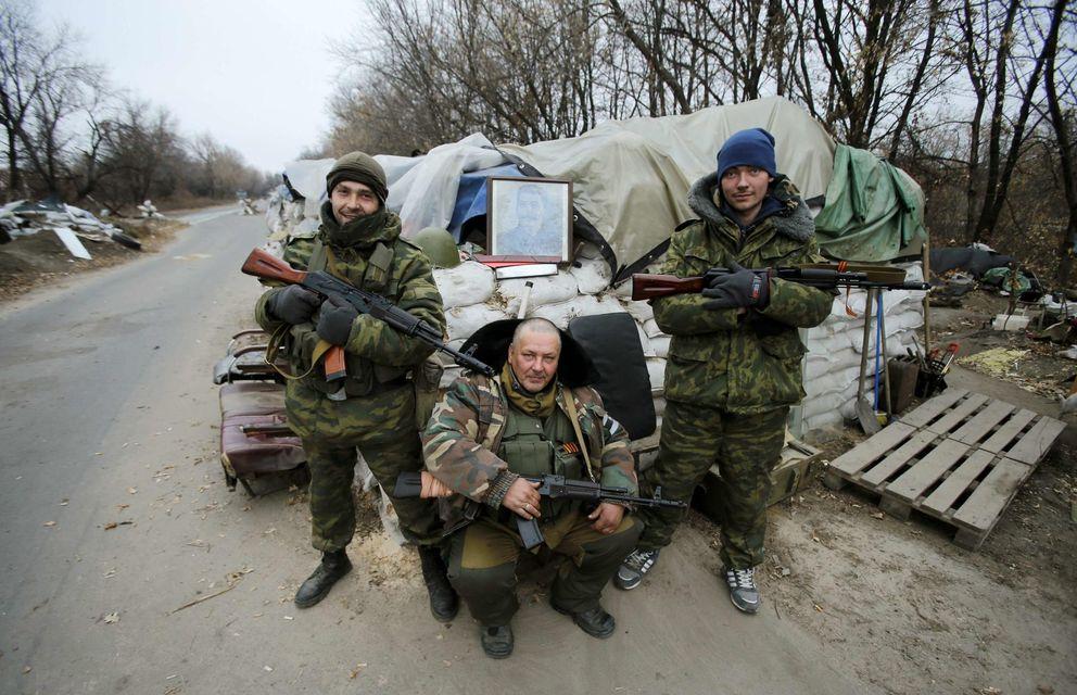 Foto: Separatistas prorrusos posan con una fotografía de Joseph Stalin en un check-point cerca del aeropuerto de Donetsk. (Reuters)