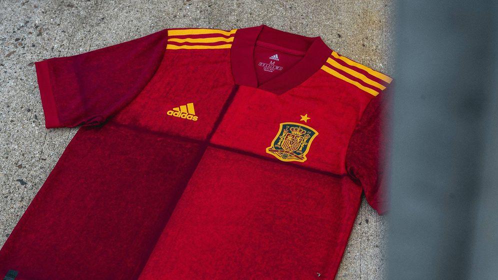 Foto: La camiseta de la selección española para la Eurocopa 2020 no convence a los aficionados (Foto: Twitter/RFEF)