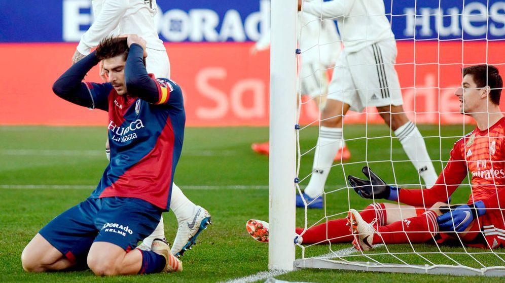 Foto: Gonzalo Melero se lamenta por una ocasión fallada ante la meta de Courtois en el Real Madrid-Huesca. (EFE)