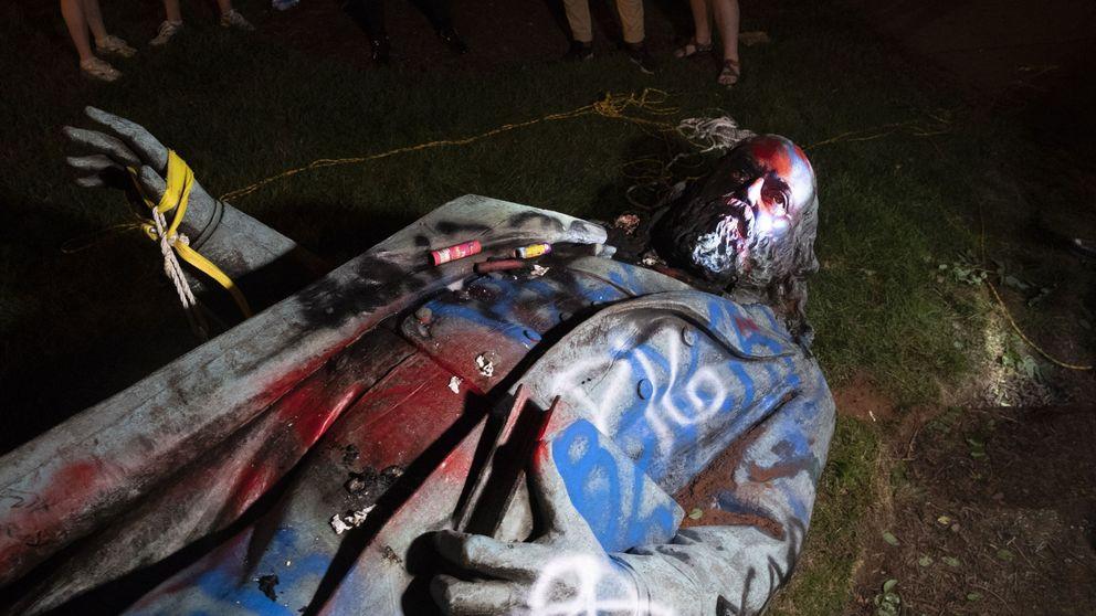 Derriban y prenden fuego a una estatua del general Albert Pike en Washington