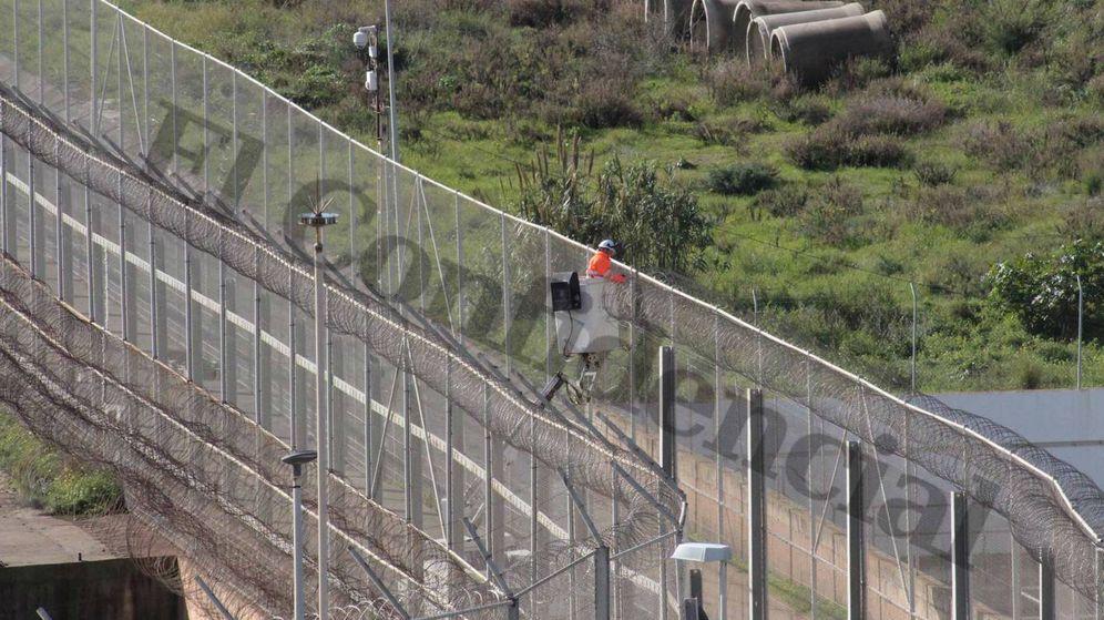 Foto: Retirada este martes de concertinas de la valla de Melilla. (Mohamed Tarik)