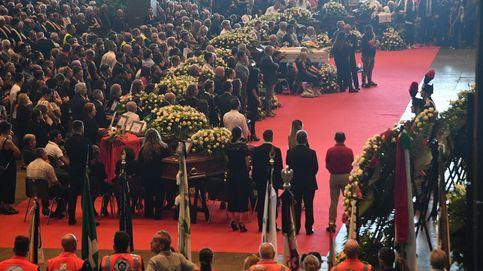 Plantón de la mitad de las familias en el funeral de Estado de Génova