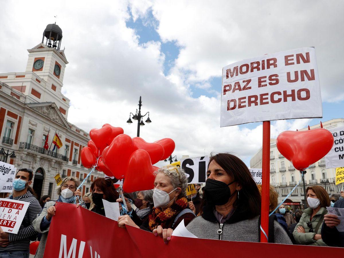 Foto: Miembros de la asociación Derecho a Morir Dignamente. (EFE)