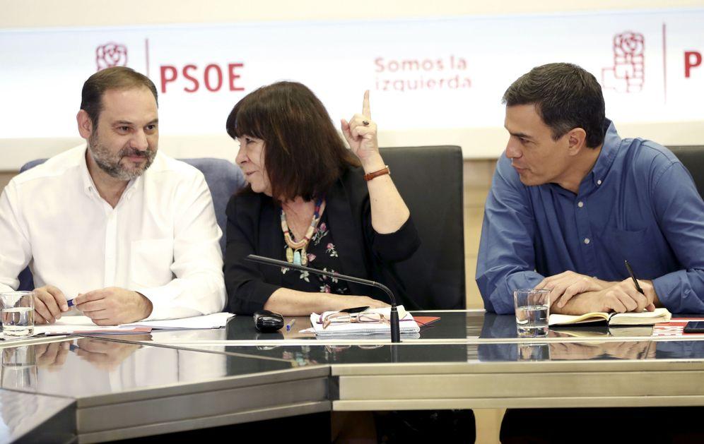 Foto: Pedro Sánchez, con Cristina Narbona y José Luis Ábalos, presidenta y secretario de Organización del PSOE, este 24 de julio en Ferraz. (EFE)