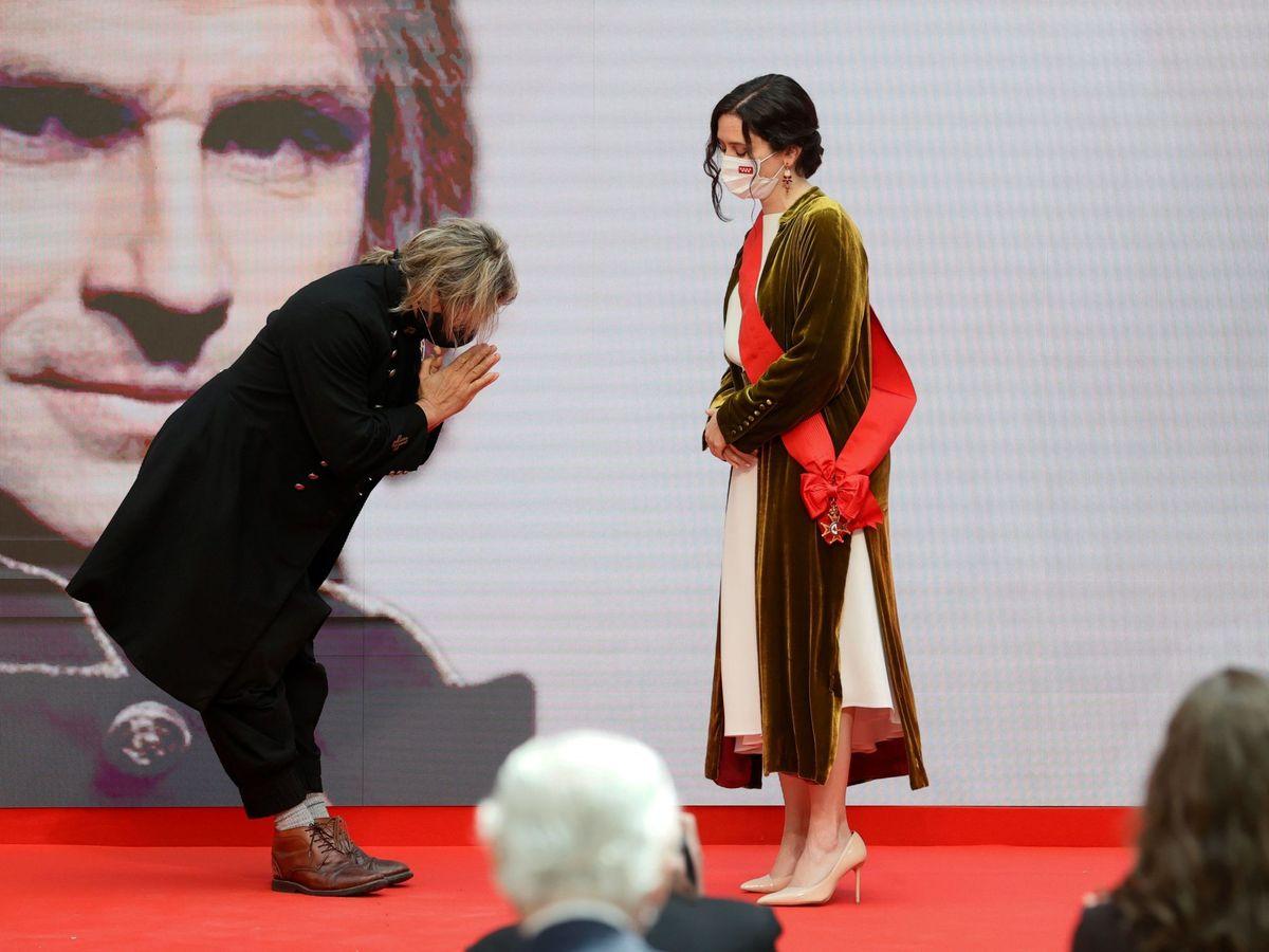 Foto: La presidenta de la Comunidad de Madrid, Isabel Díaz Ayuso, hace entrega de la Gran Cruz de la Orden del Dos de Mayo al músico Nacho Cano. (EFE)