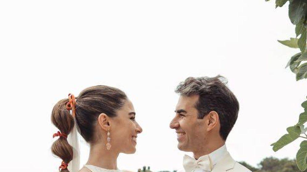 Foto: Los novios, durante el enlace. (Foto: María Missaglia)