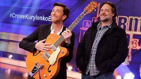 Russell Crowe le regala una guitarra a Pablo Motos