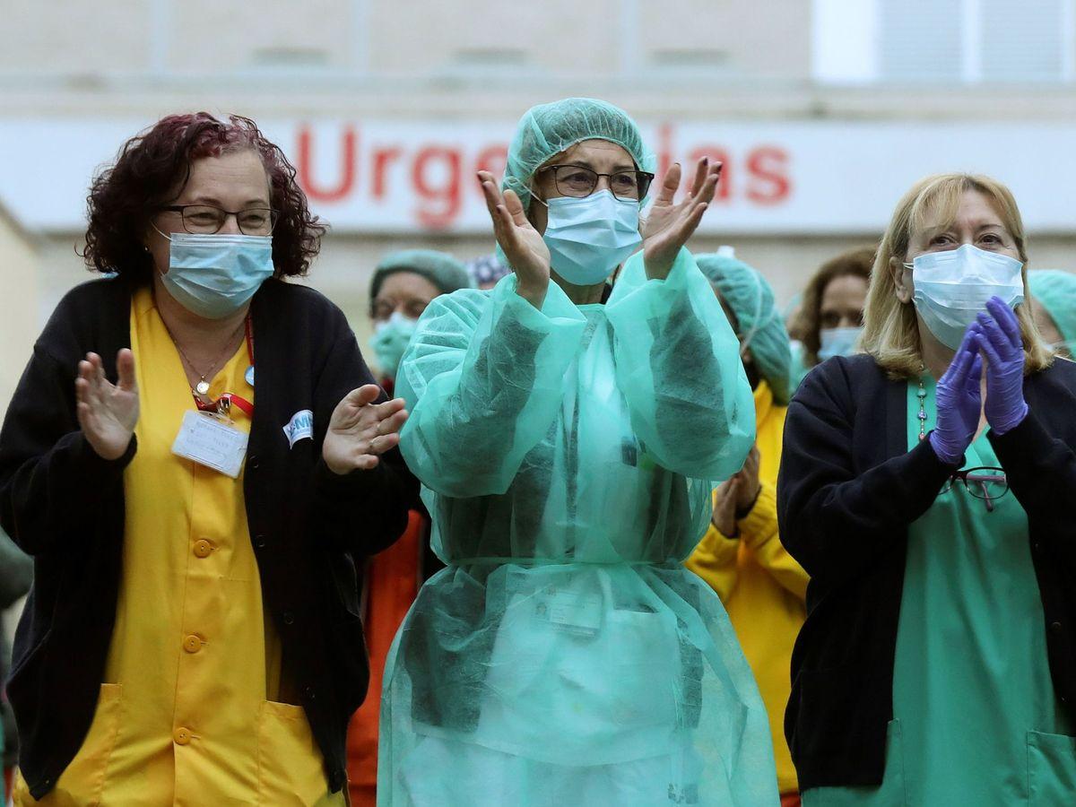 Foto: El personal sanitario del madrileño hospital Gregorio Marañón aplaude a la Policía Municipal apoyando su labor. (EFE)