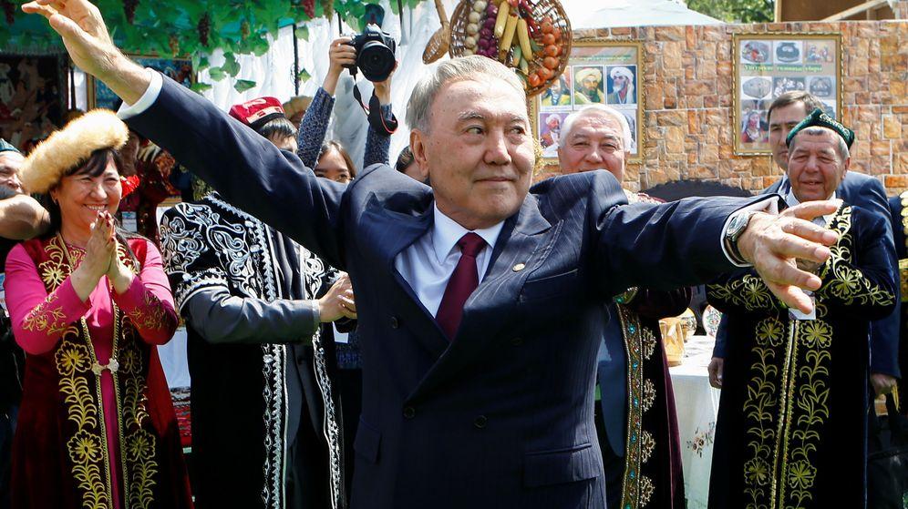 Foto: El presidente de Kazajistán, Nursultán Nazarbáyev, danza durante un festival tradicional durante el Día de la Unidad Popular en Almaty, el 1 de mayo de 2016. (Reuters)