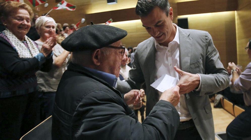 Foto: Pedro Sánchez conversa con uno de los asistentes al mitin de su partido en Eibar (Gipuzkoa), este 27 de octubre. (EFE)