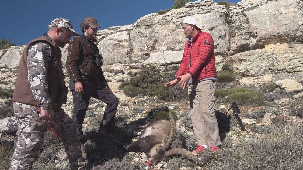 Foto: Frank Cuesta frente a dos cazadores con su presa. (DMAX)