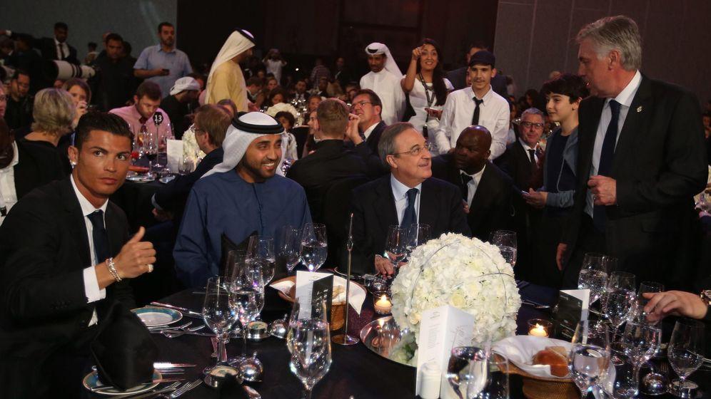Foto: Carlo Ancelotti (d), Cristiano Ronaldo (i), y el presidente del Real Madrid, Florentino Pérez (2-d), junto a un jeque en la gala de premios Globe Soccer celebrada en el hotel Atlantis luxuary de Dubái (EAU). EFE/ALI HAIDER