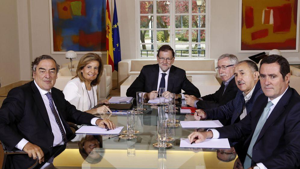Foto: Mariano Rajoy reunido con los agentes sociales de CCOO, UGT y CEOE. (EFE)