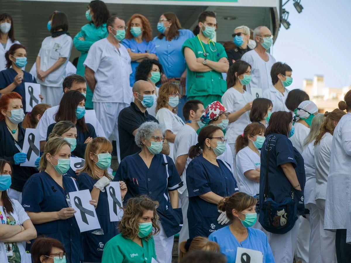 Foto: Personal sanitario del Hospital Miguel Servet de Zaragoza este miércoles. (Efe)