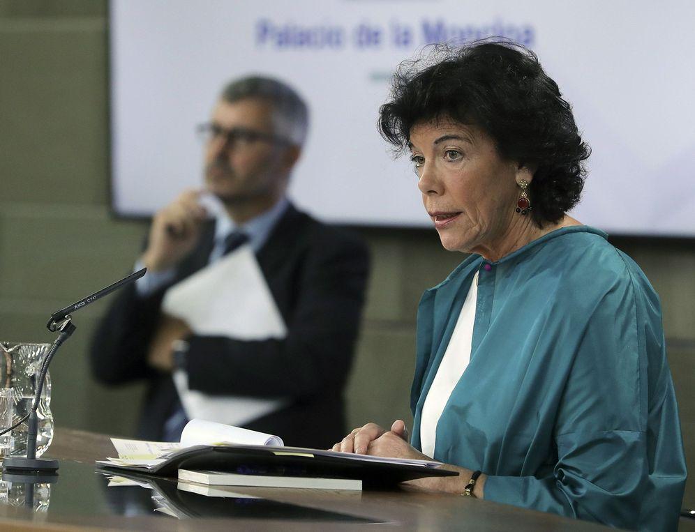 Foto: Isabel Celaá, ministra portavoz del Ejecutivo, este 22 de junio junto al secretario de Estado de Comunicación, Miguel Ángel Oliver. (EFE)