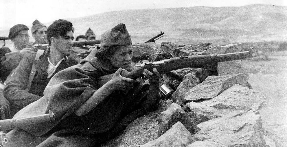 Foto: Miliciana en primera línea de avanzadilla de la sierra de Madrid.
