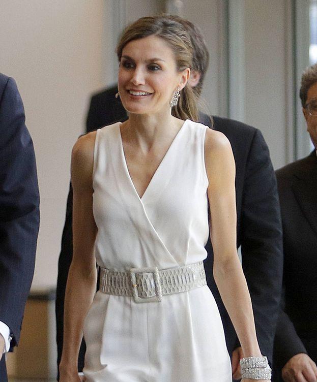 Foto: La Reina, a su llegada al auditorio de Girona. (Gtres)