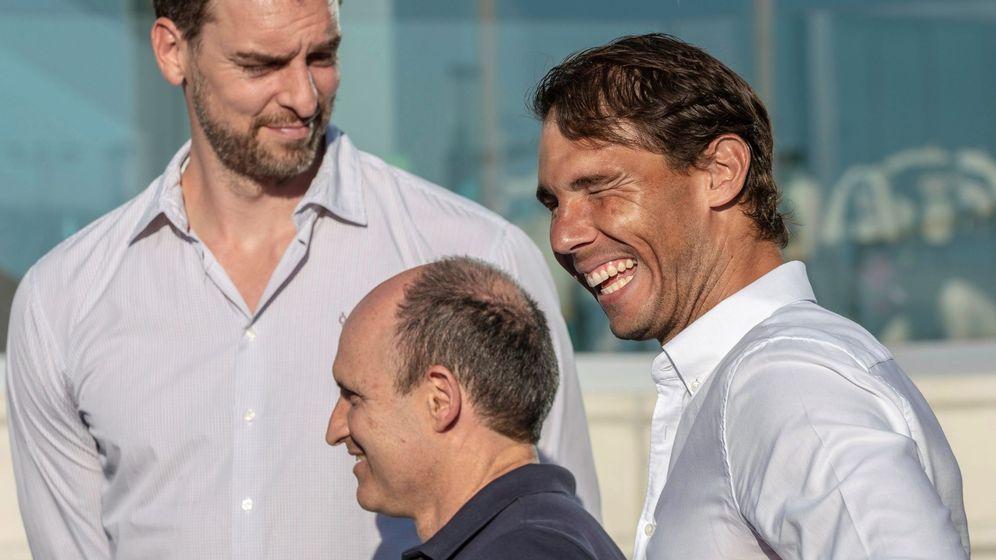 Foto: Rafa Nadal y Pau Gasol durante la graduación de la Academia Rafa Nadal. (EFE)