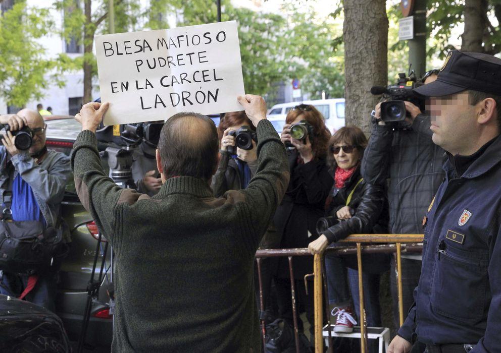 Foto: Un grupo de personas se han concentrado esta mañana en la entrada del Tribunal Superior de Justicia de Madrid (Efe)