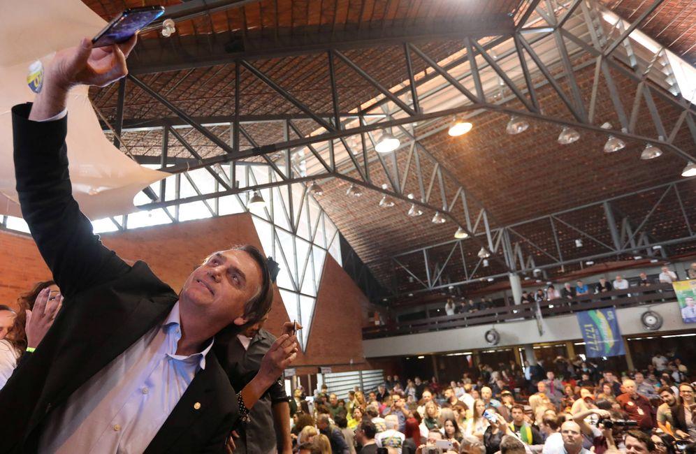 Foto: El candidato presidencial Jair Bolsonaro se hace un 'selfie' durante un mitin electoral en Porto Alegre, Brasil. (Reuters)