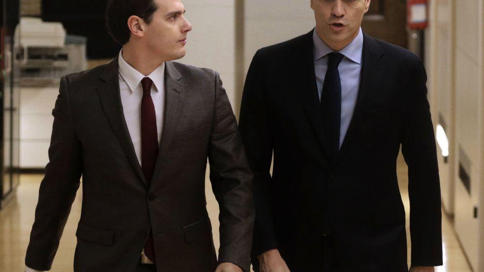 Foto: Pedro Sánchez con Albert Rivera, en la sala Martínez Noval del Grupo Socialista en el Congreso, este jueves. (EFE)