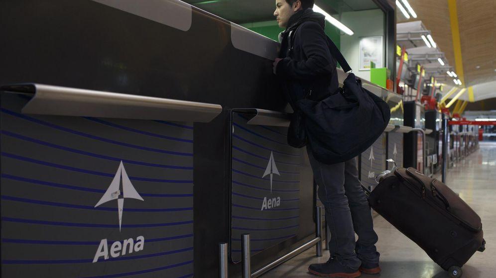 Foto: Un pasajero en una de las terminales del aeropuerto de Madrid-Barajas-Adolfo Suárez (Reuters)