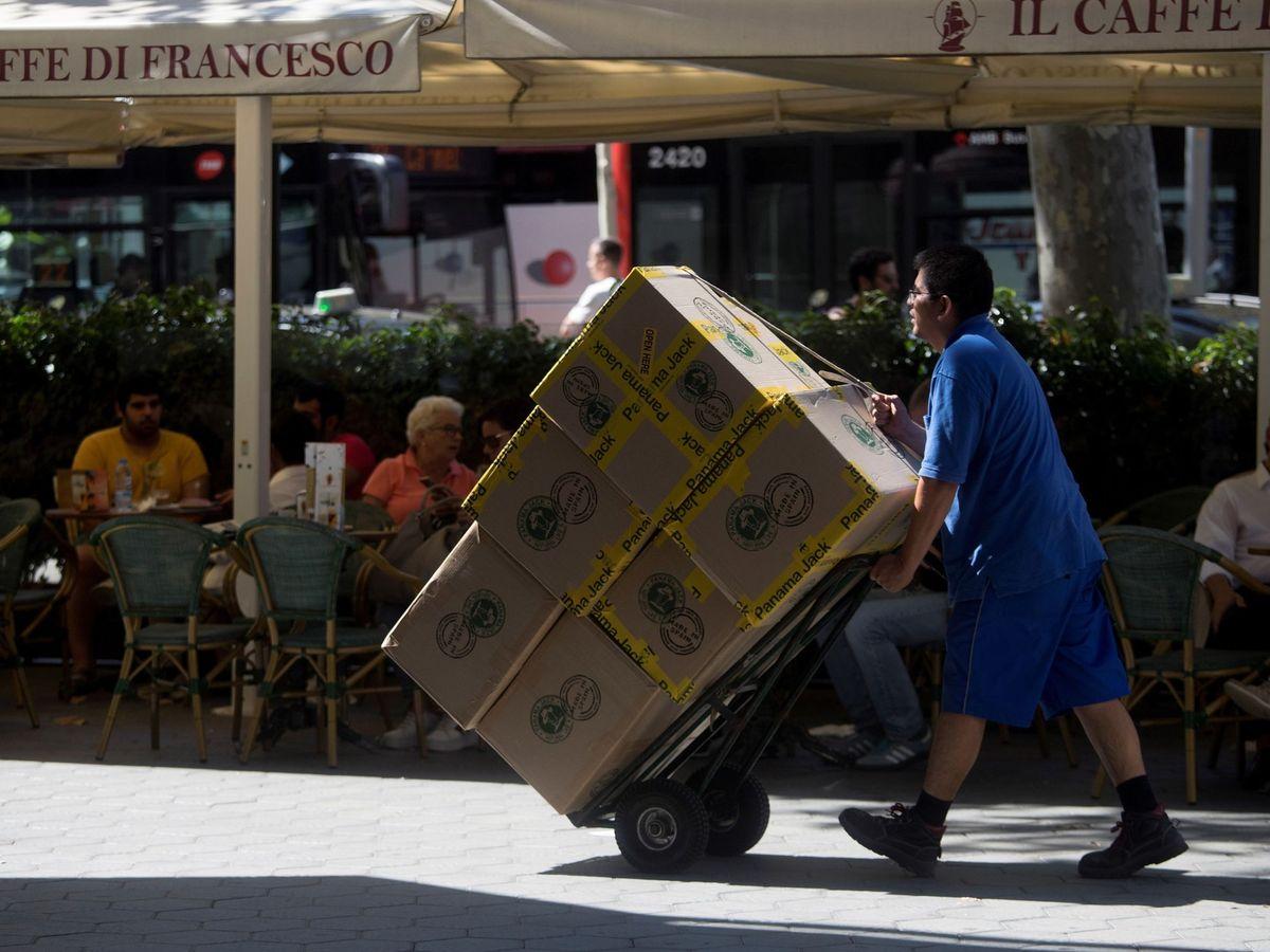 Foto: Un repartidor en Barcelona (Efe).