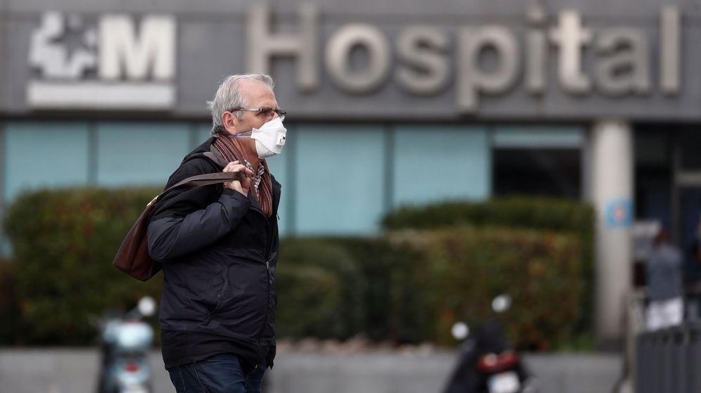 Foto: Un hombre protegido con una mascarilla llega al hospital La Paz de Madrid. (EFE)