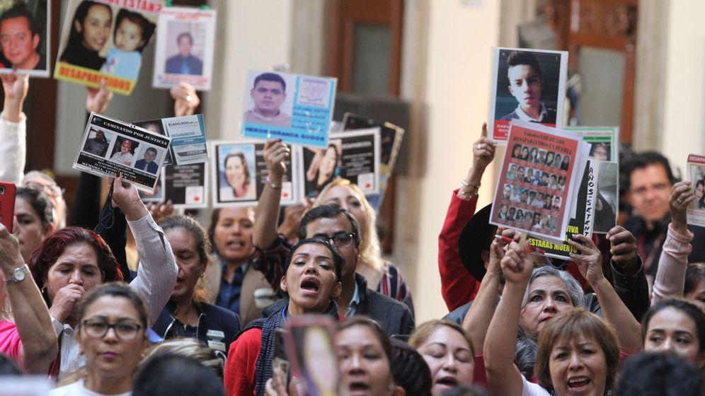 Foto: Familiares de desaparecidos se manifiestan este lunes durante la presentación deI informe del Sistema Nacional de Búsqueda (SNB). (EFE)