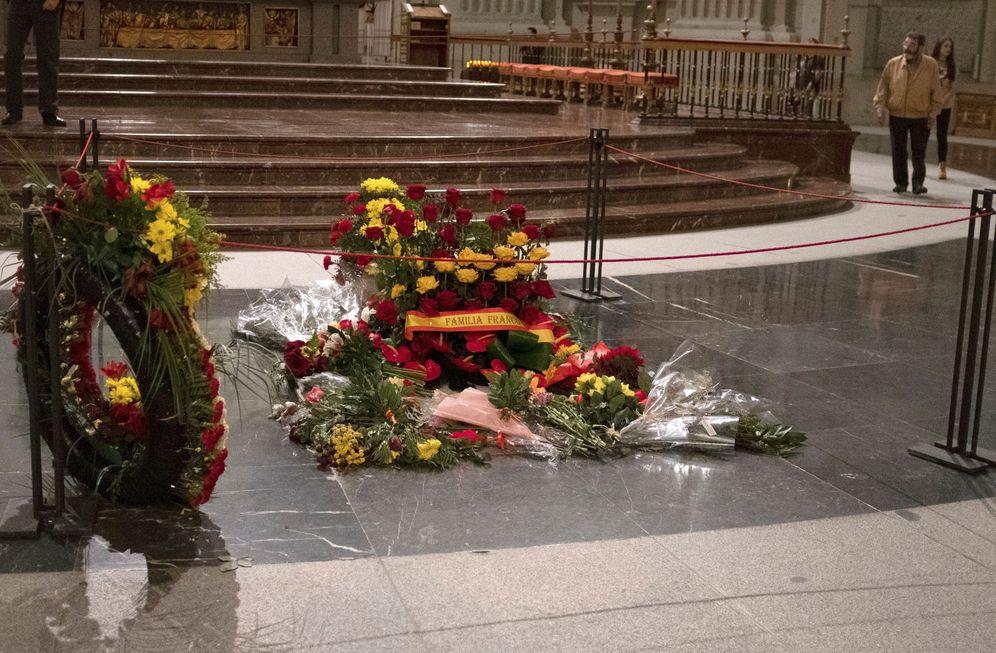 Foto: Coronas y ramos de flores reposan en la tumba de Franco minutos antes del cierre del Valle de los Caídos al público, el pasado 11 de octubre. (EFE)