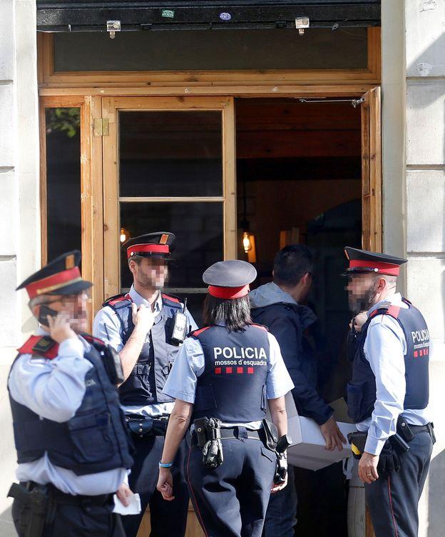 Foto: Varios 'mossos', el pasado 21 de mayo, investigan un cadáver. (EFE)