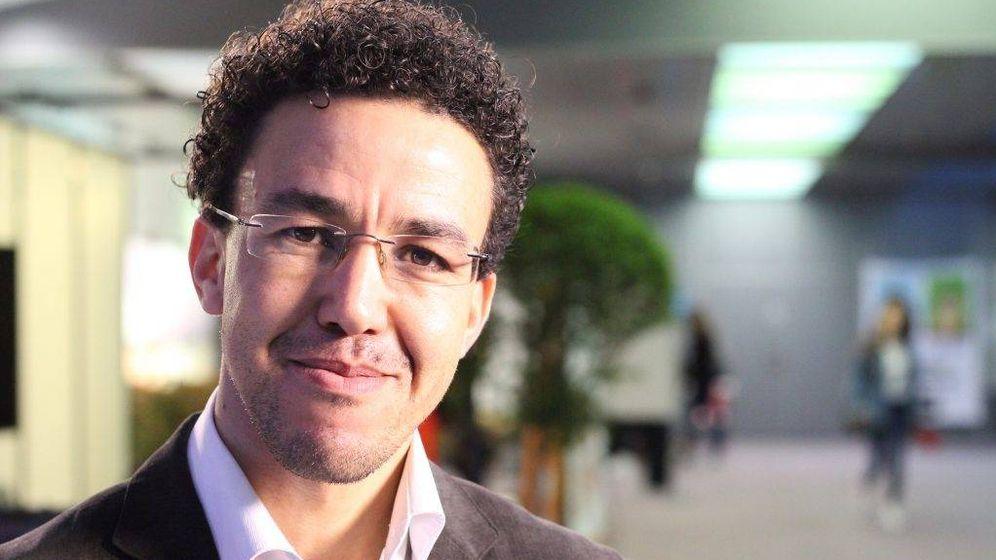 Foto: Hicham Mansouri, periodista marroquí exiliado en París. (Mathilde Errard)