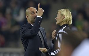 Xavi pierde los papeles con el Madrid... como Guardiola los perdió con una cuarta árbitro