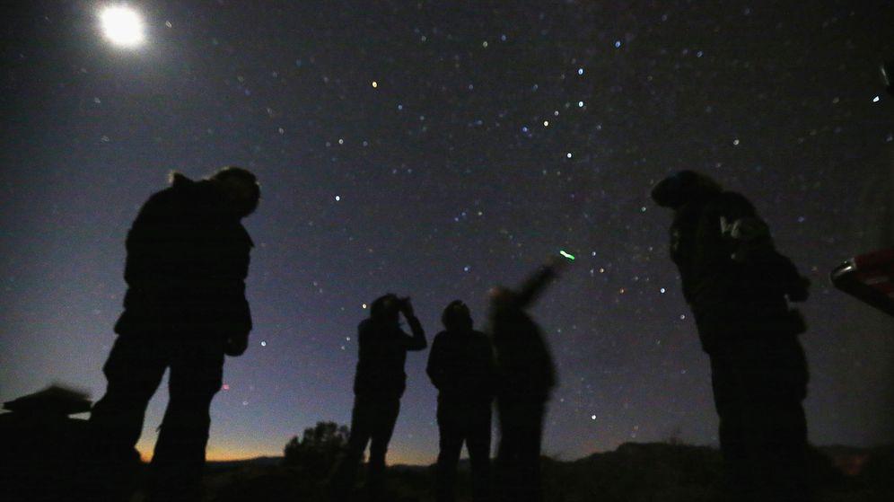 Foto: Un grupo de personas busca ovnis en el desierto de Arizona (Reuters).