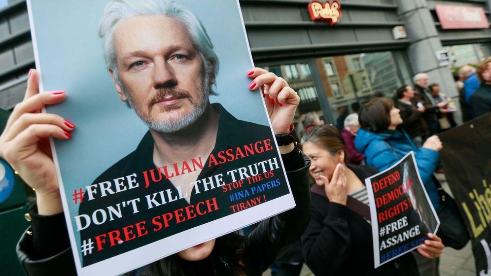 Foto: Varias personas protestan frente a la embajada británica para pedir la liberación del fundador de WikiLeaks, Julian Assange, en Bruselas. (EFE)