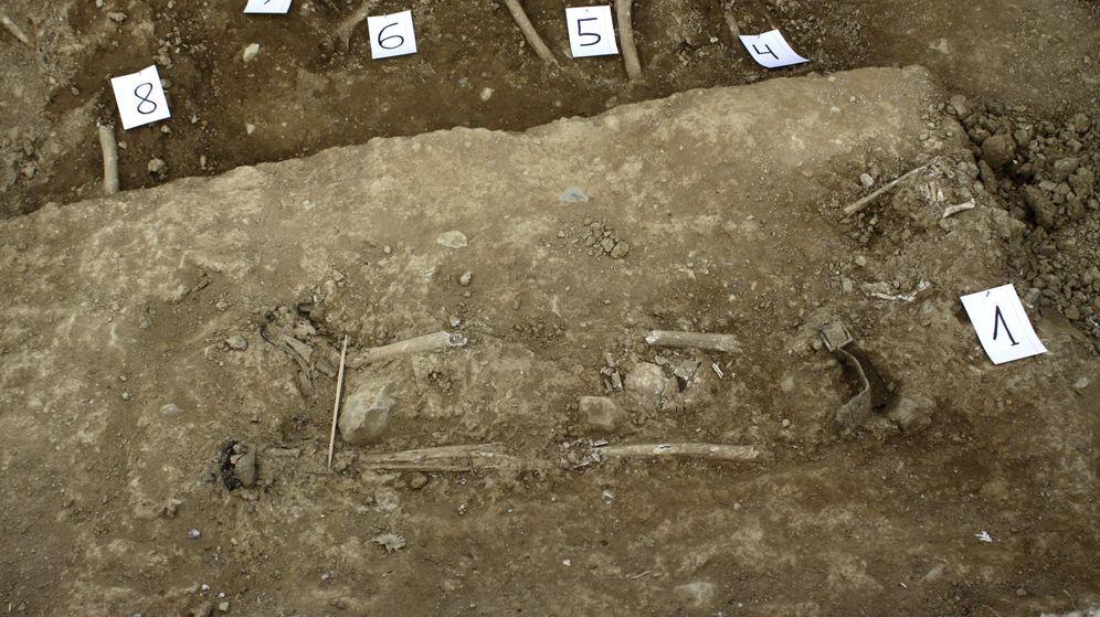 Foto: Fosa común hallada por un equipo de investigación en el cementerio de El Madroño (Sevilla) con los restos mortales de al menos 29 personas que fueron fusiladas durante la represión franquista. (EFE)