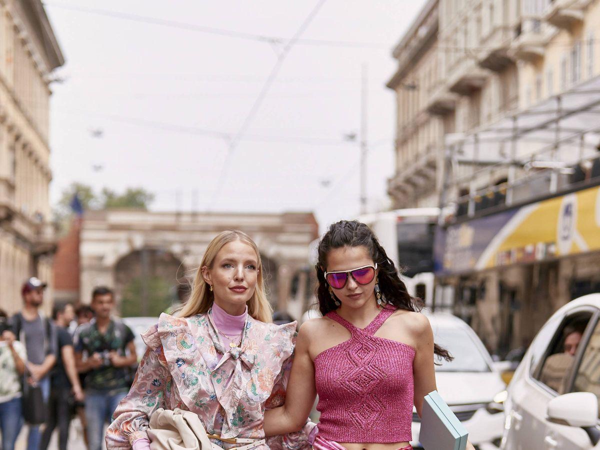 Foto: Las faldas midi se adueñan del street style un año más. (Imaxtree)