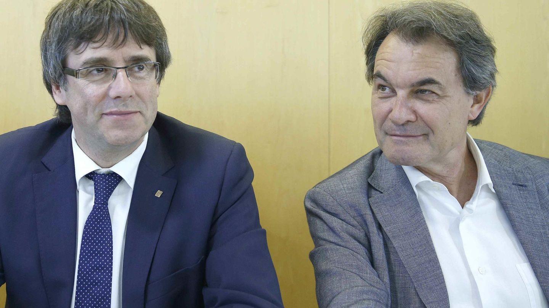 El presidente de CDC, Artur Mas (d), junto al presidente de la Generalitat, Carles Puigemont (i). (EFE)