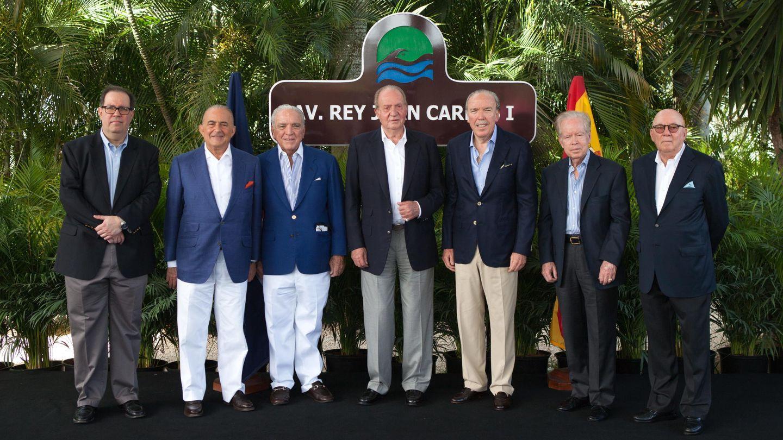 El rey Juan Carlos posa junto a un grupo de empresarios, incluidos Alfonso y José Fanjul. (EFE)
