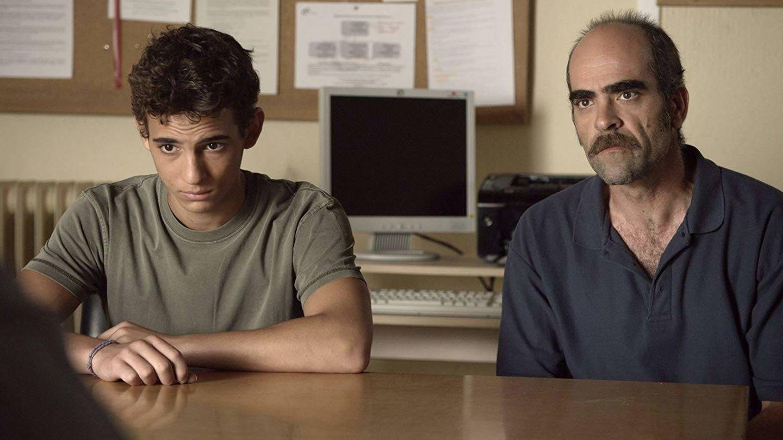 Miguel Herrán, junto a Luis Tosar en 'A cambio de nada'. (Warner)