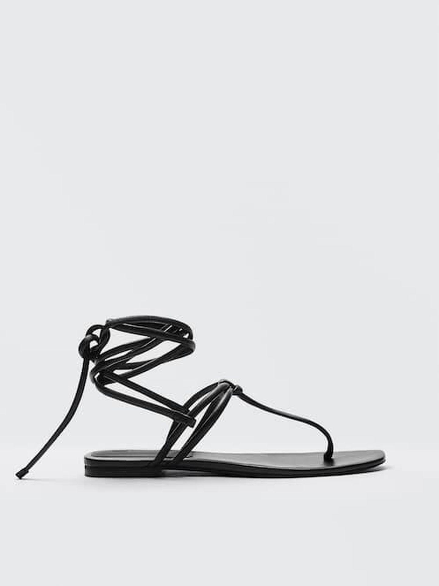 Sandalias negras, planas y de tendencia de Massimo Dutti. (Cortesía)